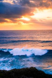 宮古島 東平安名崎より朝焼けの空と海の写真素材 [FYI03355835]
