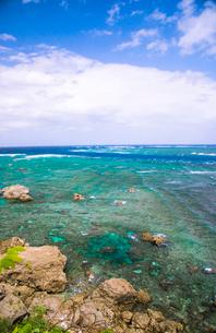 宮古島 東平安名崎透ける海と隆起珊瑚礁の石灰岩の写真素材 [FYI03355861]