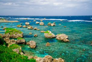 宮古島 東平安名崎コバルトグリーンの海と隆起珊瑚礁の石灰岩の写真素材 [FYI03355862]