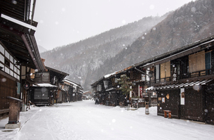 雪降る奈良井宿の写真素材 [FYI03355950]