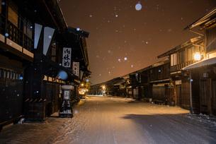 雪降る奈良井宿夜景の写真素材 [FYI03355975]