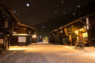 雪降る奈良井宿夕暮れの写真素材 [FYI03355984]
