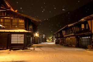 雪降る奈良井宿夕暮れの写真素材 [FYI03355985]