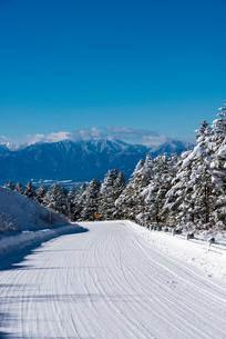雪道の霧ヶ峰ビーナスラインと南アルプスの写真素材 [FYI03355991]