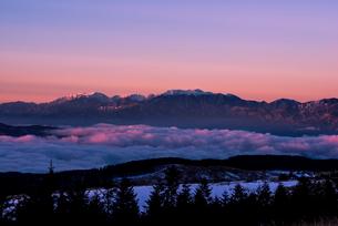 霧ヶ峰高原より朝日に輝く中央アルプス連峰を望むの写真素材 [FYI03355999]