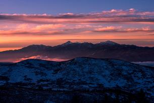 霧ヶ峰高原より朝焼けに染まる空と南アルプス連峰を望むの写真素材 [FYI03356010]