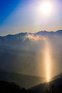 サンピラー(太陽柱)と八ヶ岳連峰の写真素材 [FYI03356018]