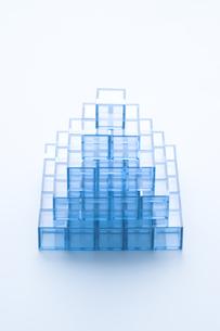 ピラミッド形に積んだ青いアクリルキューブの写真素材 [FYI03356078]
