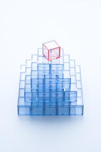 ピラミッド形に積んだ青いアクリルキューブの写真素材 [FYI03356079]