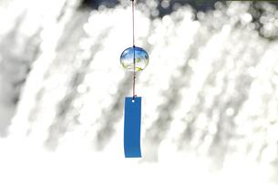 風鈴と水の流れの写真素材 [FYI03356152]