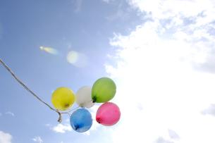 風船と青空の写真素材 [FYI03356160]