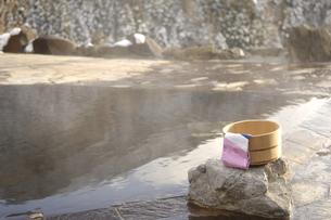 雪の露天風呂の写真素材 [FYI03356162]
