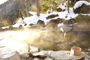 雪の露天風呂の写真素材 [FYI03356172]