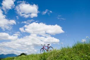 草原と自転車の写真素材 [FYI03356178]