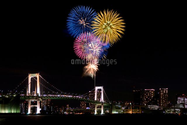 花火とレインボーブリッジの夜景の写真素材 [FYI03356194]