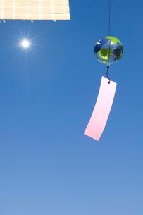 太陽と風鈴の写真素材 [FYI03356202]