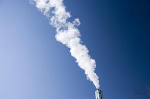 煙突から出る煙の写真素材 [FYI03356381]
