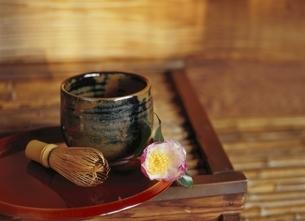 椿と茶碗と茶筅の写真素材 [FYI03356530]