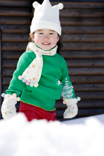 雪景色と女の子の写真素材 [FYI03356568]