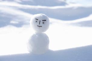 雪の上の雪だるまの写真素材 [FYI03356572]