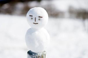 雪の上の雪だるまの写真素材 [FYI03356580]
