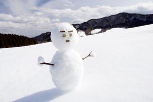 雪の上の雪だるまの写真素材 [FYI03356586]