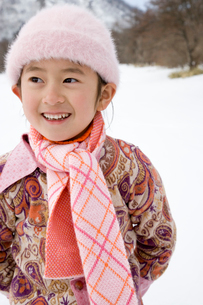 雪遊びをする女の子の写真素材 [FYI03356597]