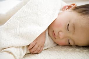 眠る日本人の赤ちゃんの写真素材 [FYI03356606]