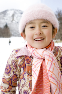 雪遊びをする女の子の写真素材 [FYI03356619]