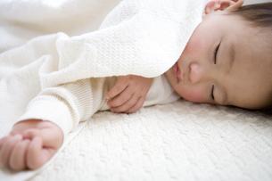 眠る日本人の赤ちゃんの写真素材 [FYI03356630]