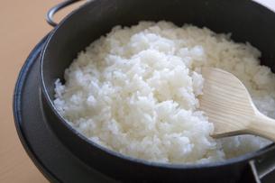 南部鉄釜で炊いた白米の写真素材 [FYI03356634]