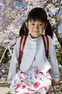 ランドセルを背負った女の子と桜の写真素材 [FYI03356677]