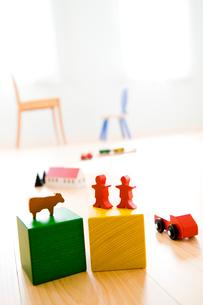車と人と動物の積み木と椅子の写真素材 [FYI03356726]