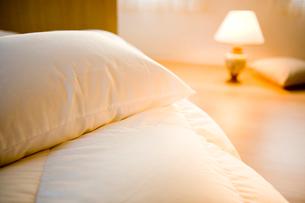 ベッドと電気スタンドの写真素材 [FYI03356742]