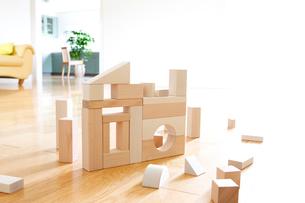 積み木の家とソファーの写真素材 [FYI03356756]