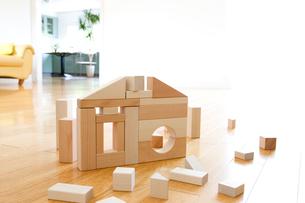 積み木の家とソファーの写真素材 [FYI03356771]