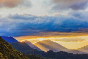 朝焼けの大真名子山と小真名子山 奥日光の写真素材 [FYI03356880]