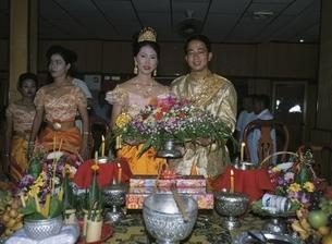 外国人カップルの結婚式 カンボジアの写真素材 [FYI03357167]