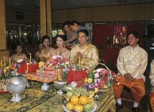 外国人カップルの結婚式 カンボジアの写真素材 [FYI03357172]
