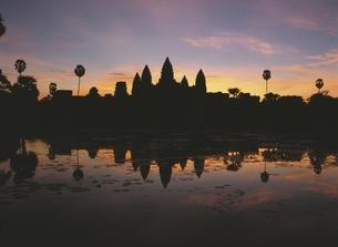 アンコールワットと空の朝焼け カンボジアの写真素材 [FYI03357179]