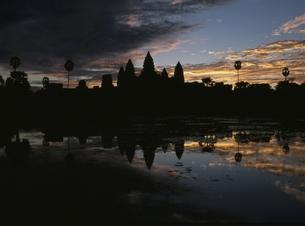 アンコールワットと空の朝焼け カンボジアの写真素材 [FYI03357181]