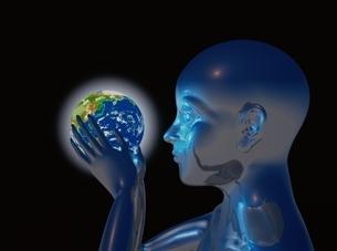 地球を持ち見つめるメタリックな人物イメージ CGの写真素材 [FYI03357441]