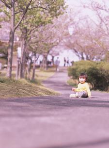 道に座る日本人の女の子 4月の写真素材 [FYI03357541]