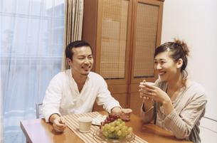 食卓でお茶を飲む日本人夫婦の写真素材 [FYI03357638]