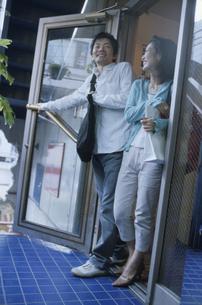 店頭のドアを開ける日本人カップルの写真素材 [FYI03357657]