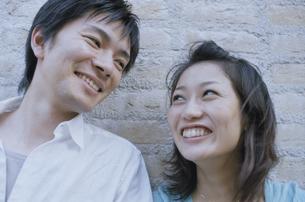 笑い合う日本人カップルの写真素材 [FYI03357659]
