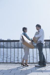 買い物袋を持った日本人カップルの写真素材 [FYI03357662]
