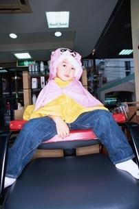 美容院にいる日本人の男の子の写真素材 [FYI03357685]