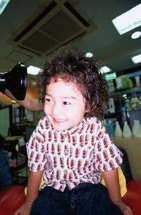 美容院にいる日本人の男の子の写真素材 [FYI03357691]