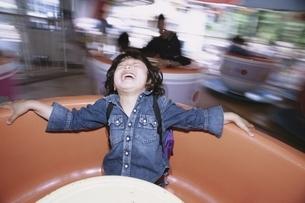 遊園地にいる日本人の男の子の写真素材 [FYI03357740]